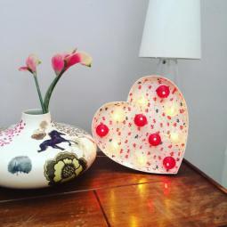 """Lettre lumineuse """"coeur"""" 50 cm avec papier de création Adeline Klam, cabochons rouge / transparent"""