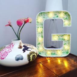 """Lettre lumineuse """"G"""" 50 cm extérieur blanc et intérieur papier japonisant fleuri turquoise et blanc Adeline Klam, lumière blanc chaud."""