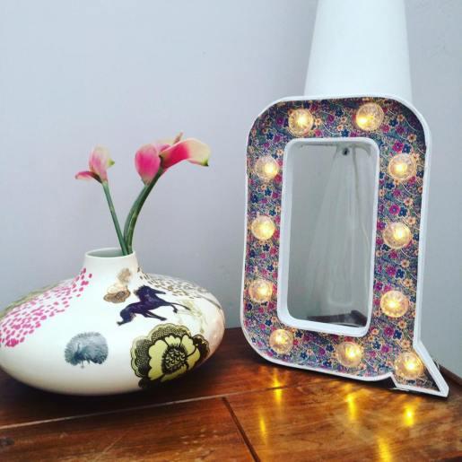 """Lettre lumineuse """"Q"""" 50 cm extérieur blanc et intérieur papier japonisant mauve fleuri Adeline Klam, lumière blanc chaud."""