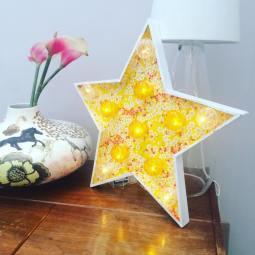 Etoile lumineuse 50 cm, papier de création Adeline Klam, cabochons bi-couleur jaune et transparent, extérieur blanc