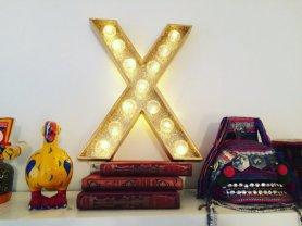 """Lettre lumineuse """"X"""" 50 cm, intérieur paillettes dorées, extérieur or, cabochons transparents"""