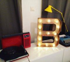 """Lettre lumineuse """"B"""" 50 cm, intérieur et extérieur doré, cabochons transparents"""